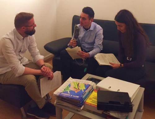 Deux apprentis de l'équipe SDG2 s'essaient au métier de journaliste radio.