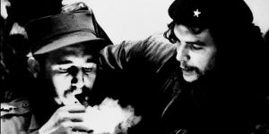 (FILES) This file photo taken in the 1960s shows then Cuban Prime Minister Fidel Castro (L) lighting a cigar while listens Argentine Ernesto Che Guevara. Cuban revolutionary icon Fidel Castro died late on November 25, 2016 in Havana, his brother, President Raul Castro, announced on national television. / AFP PHOTO / CUBADEBATE / Roberto SALAS